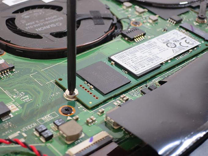 SSDを固定している1本のネジを外す